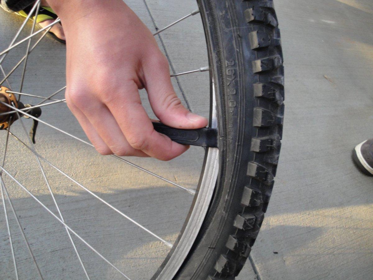 Apprenez à réparer un pneu de vélo à plat !