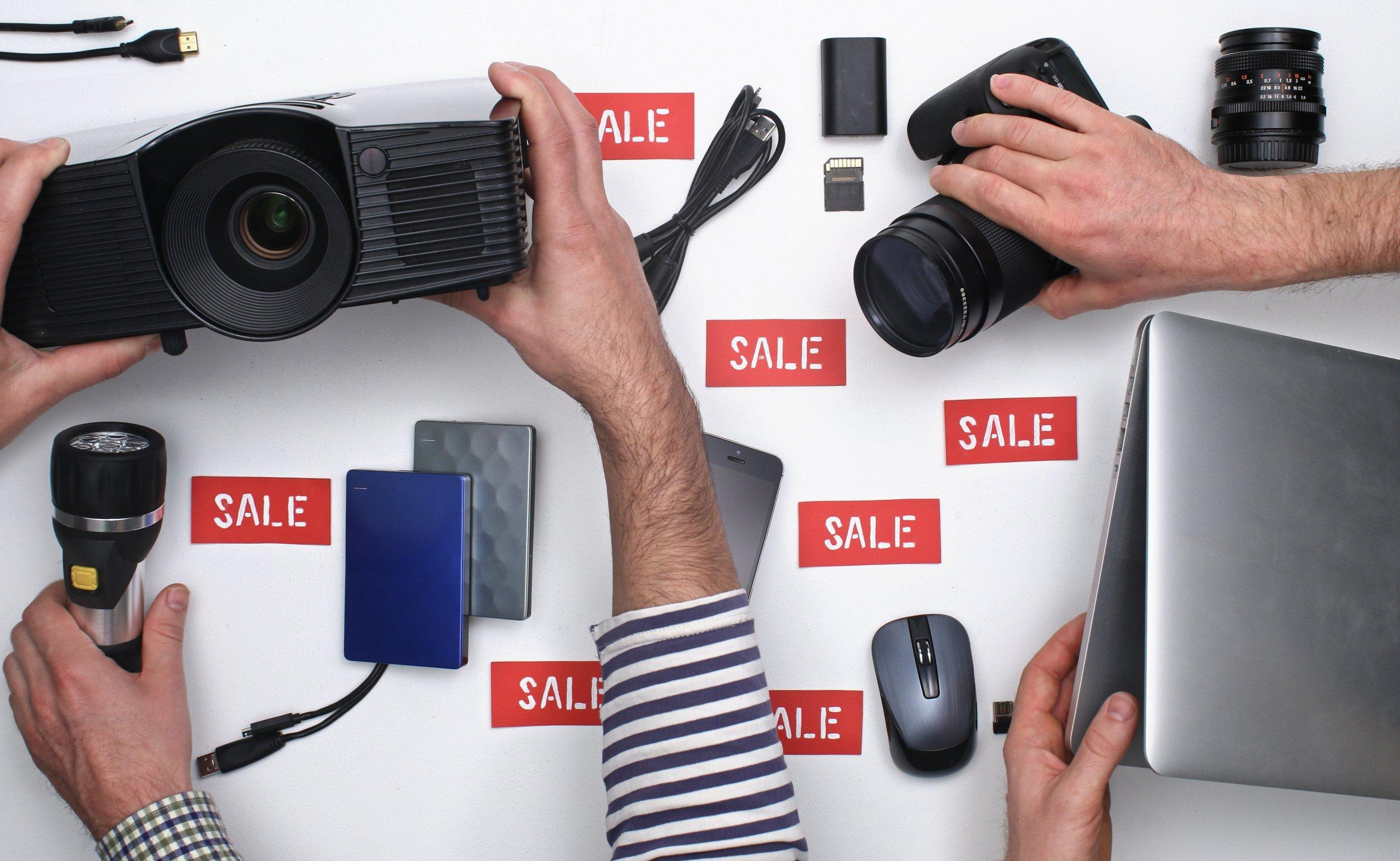 """Des appareils électroniques avec un tas d'étiquettes """"Sale"""" autour d'eux"""
