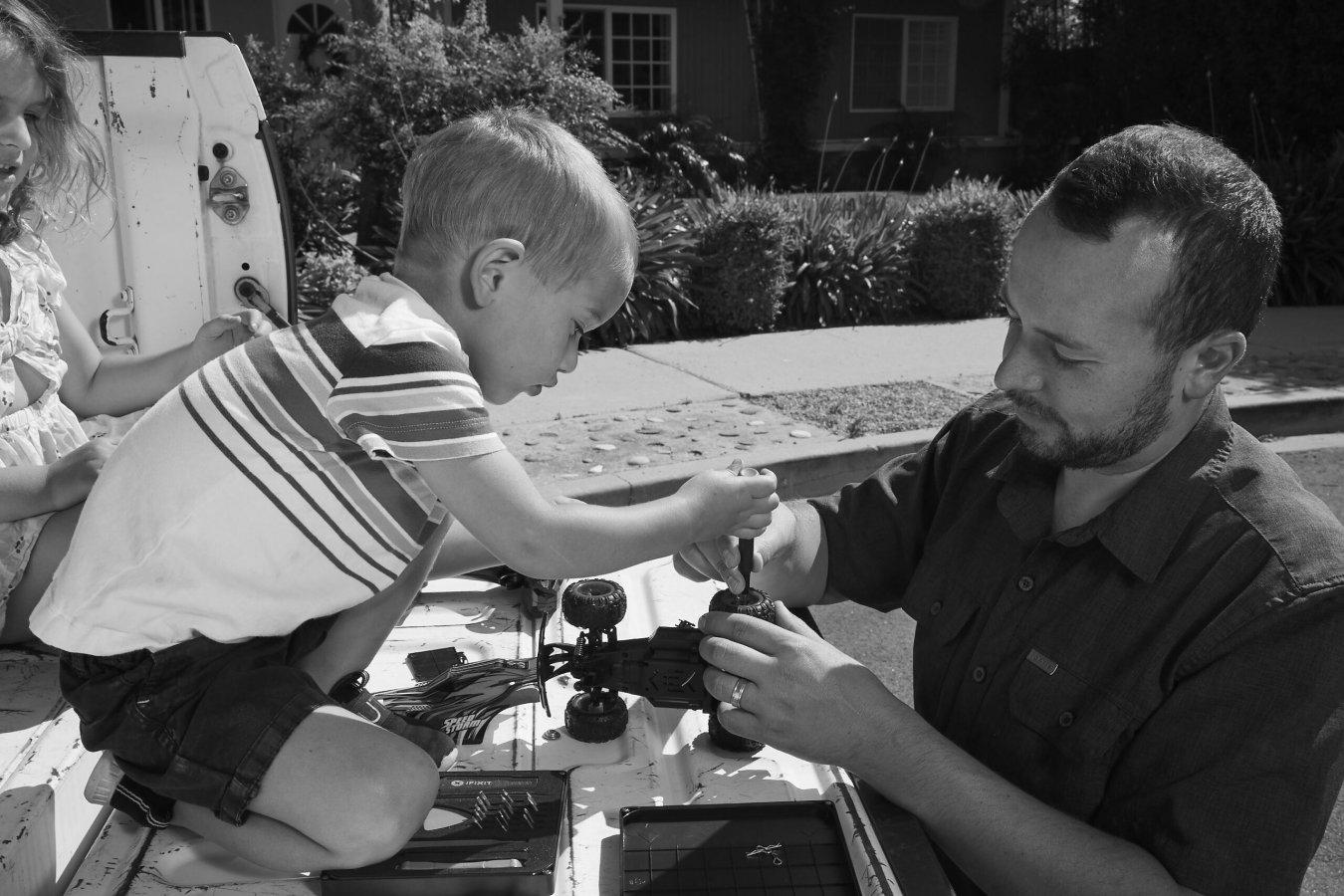 C'est la Fête des Pères ! Célébrons les sauveurs de jouets et les bricoleurs amateurs !