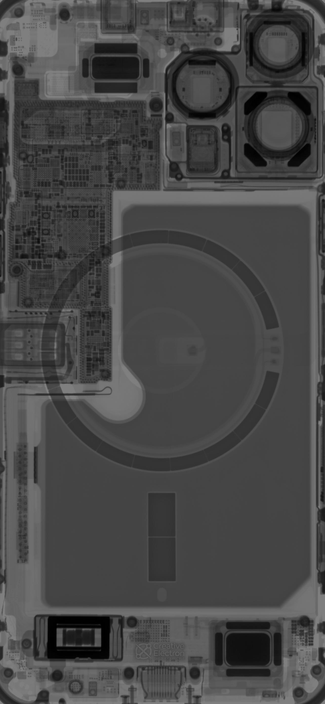 Radiografía del iPhone 13 Pro Max que muestra los componentes internos, incluidos los tres sensores y lentes de la cámara principal, los imanes de alineación de carga, el motor Taptic y los altavoces.